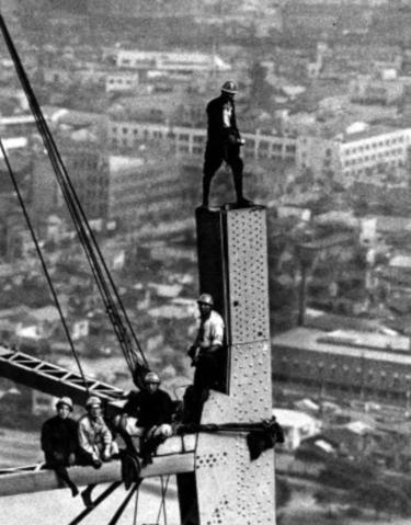 東京タワーの建設では鳶職を束ねた桐生五郎のような職人が活躍した。現在の職人の待遇改善には建設業界の多階層の是正が必要だ。